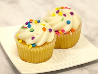 31008-kimberleys-regular-vanilla-cupcakes-beauty-shot-r1